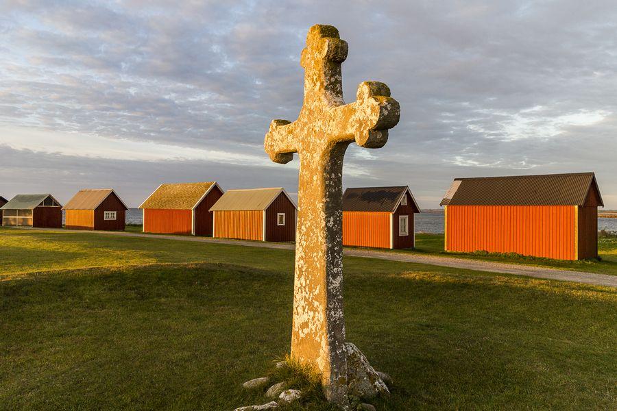 Kreuz von Kapelludden auf Öland. Nah am Kreuz stehend, mit 18 mm Weitwinkel augenommen wirken die Fischerhütten relativ klein.