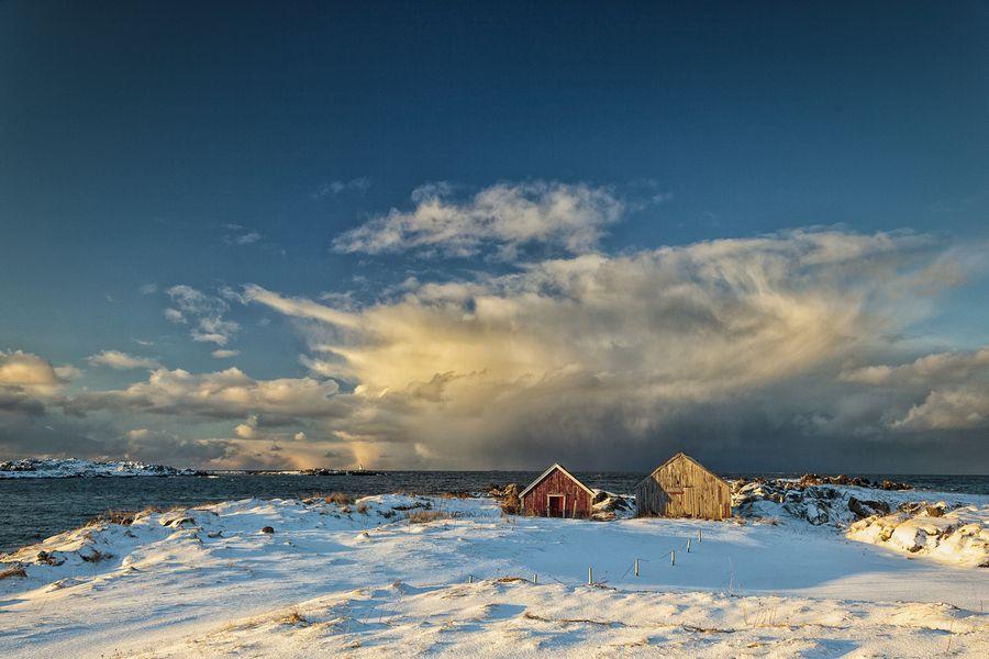Das gleiche Motiv, nur mit Weitwinkel aufgenommen. Die Sturmwolke ist von blauem Himmel umgeben und wirkt kleiner, nicht mehr so bedrohlich.