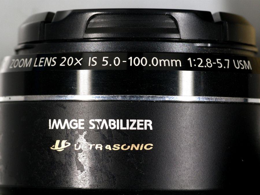 Angaben auf einer 20-fach Superzoom-Kamera. Im Weitwinkelende beträgt die Lichtstärke f/2.8 und sinkt bis zum Teleende um mehr als 2 Stufen auf f/5.7.