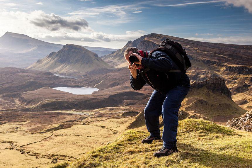 Gunter im Gegenlicht vor der prächtigen Kulisse der Isle of Skye.