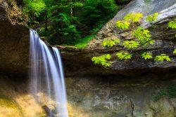 Scheidecker Wasserfälle. Dieser Mini-Wasserfall im Wald ist in dieser Form ohne Stativ nicht zu fotografieren. Eine Sekunde Belichtung gibt dem Wasser einen weichen Charakter.