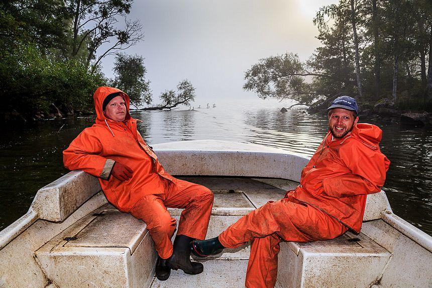 Früh morgens auf dem See, die beiden Jungs machen sich bereit