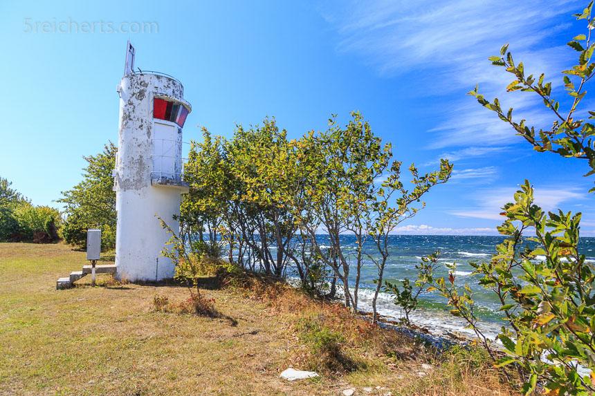 Der Leuchtturm Valar schaut über die Ostsee, Gotland