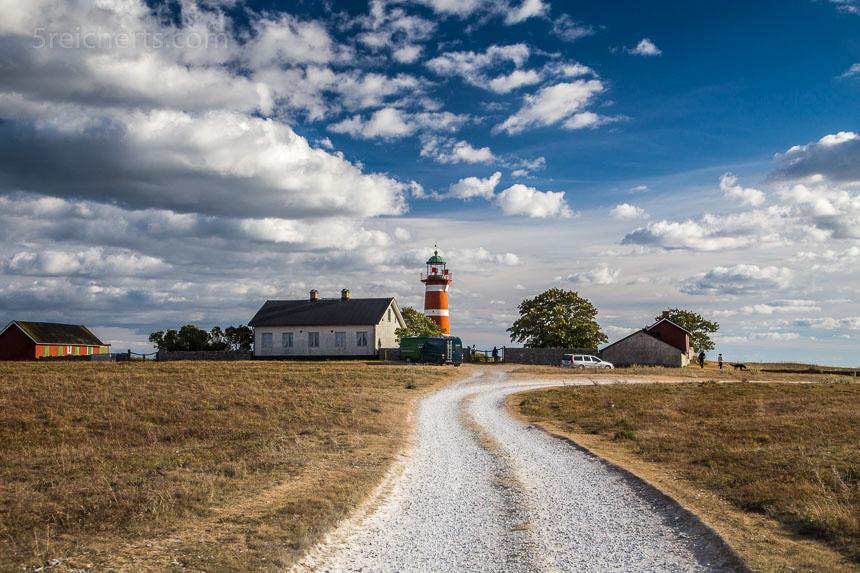 Der weiße Feldweg führt zum Leuchtturm När