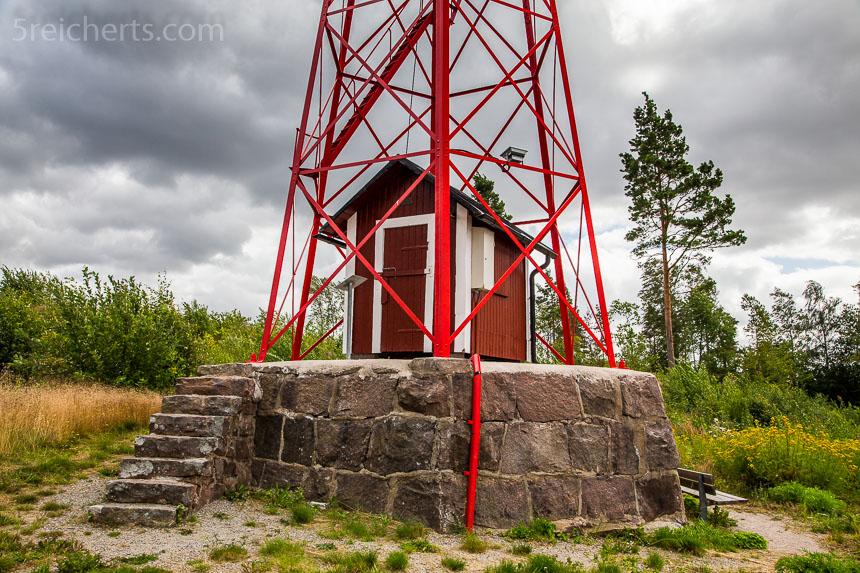 Ein kleines Holzhaus im Leuchtturm in Mariestad