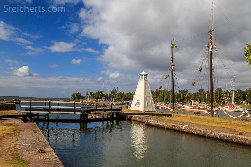 kleiner Leuchtturm in Sjötorp am Göta Kanal