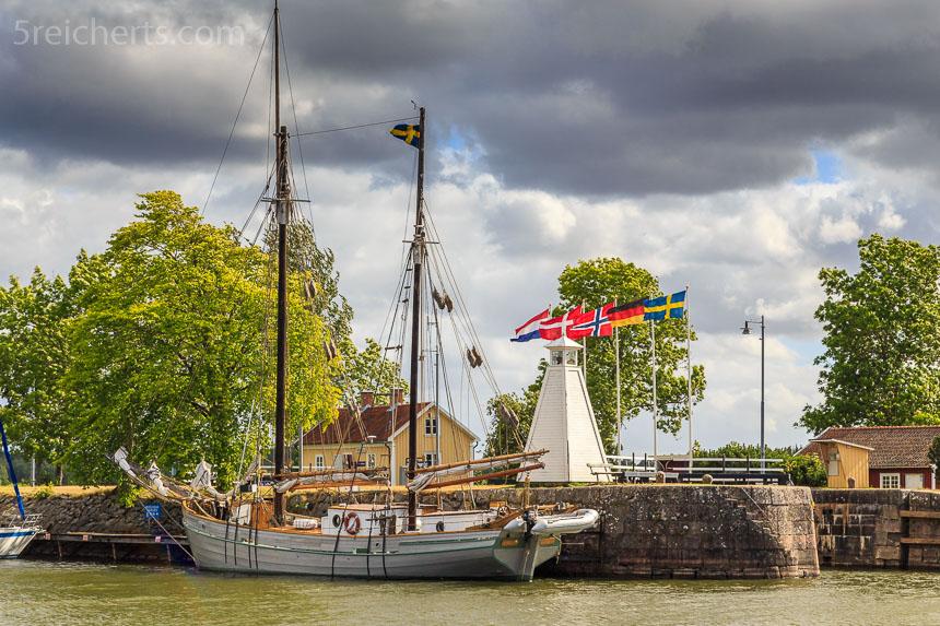 Kleiner Leuchtturm und Segelboot