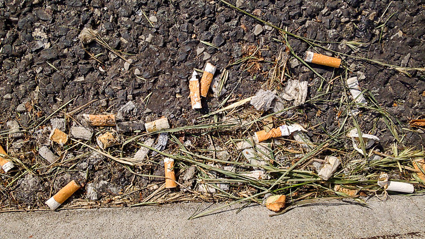 Autobahnraststätte ohne Zigarettenmülleimer