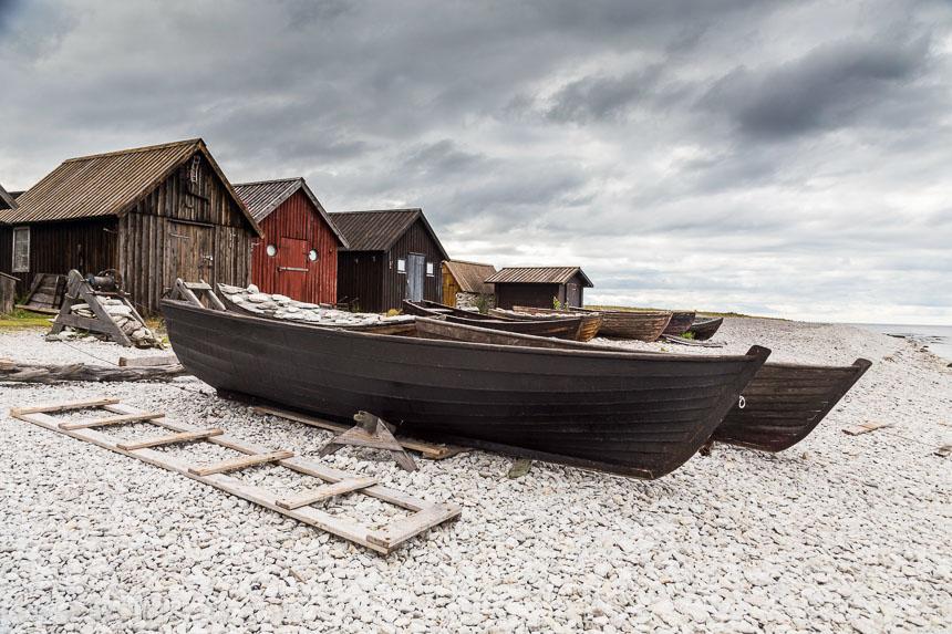 Fischerboote am kargen Strand