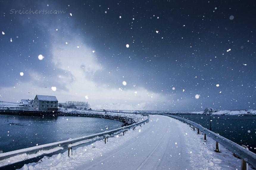 Leichter Schneefall in Henningsvaer, Lofoten