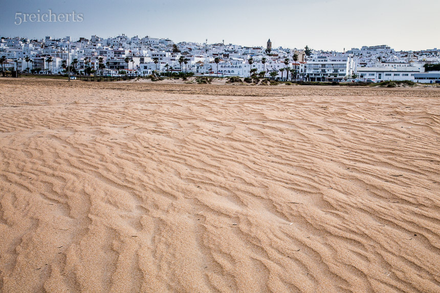 Morgens im frischen Sand, Blick nach Conil, Andalusien