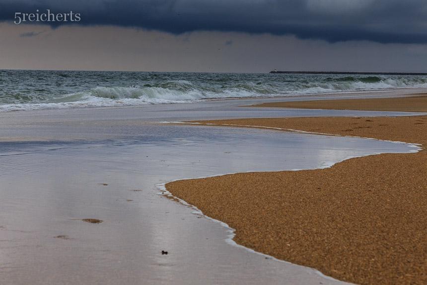 Wellen und Regenwolken in Biarritz, Frankreich