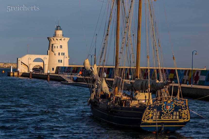 Der leuchttuurm im Hafen von Puerto Sherry
