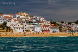 kunterbunte Ortschaft an der Küste
