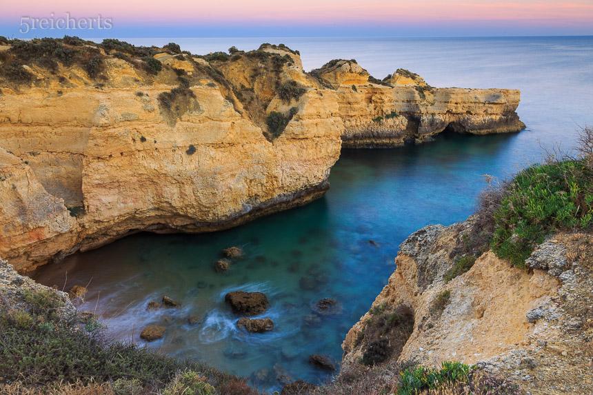 typische Algarveküste nach Sonnenuntergang