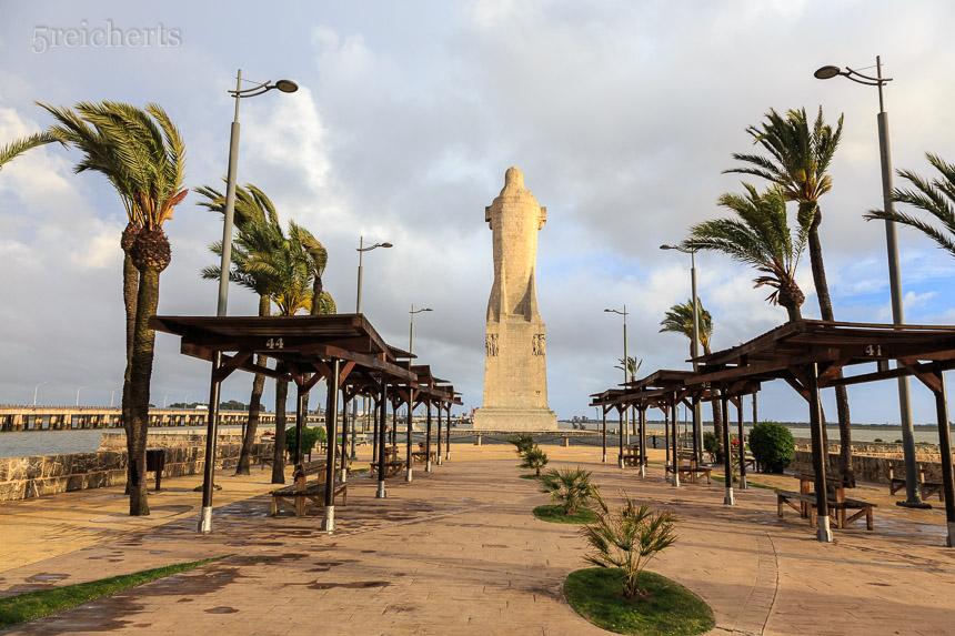 Monument am Fluß