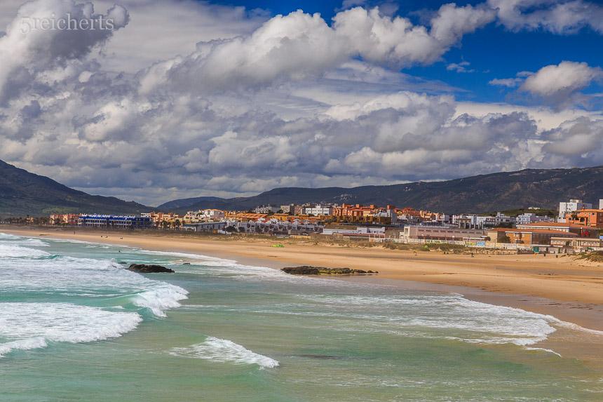 Blick über den Strand und den Ort Tarifa, Andalusien