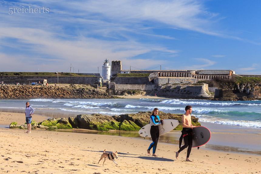 Surfer und der Leuchtturm in der Ferne, Andalusien