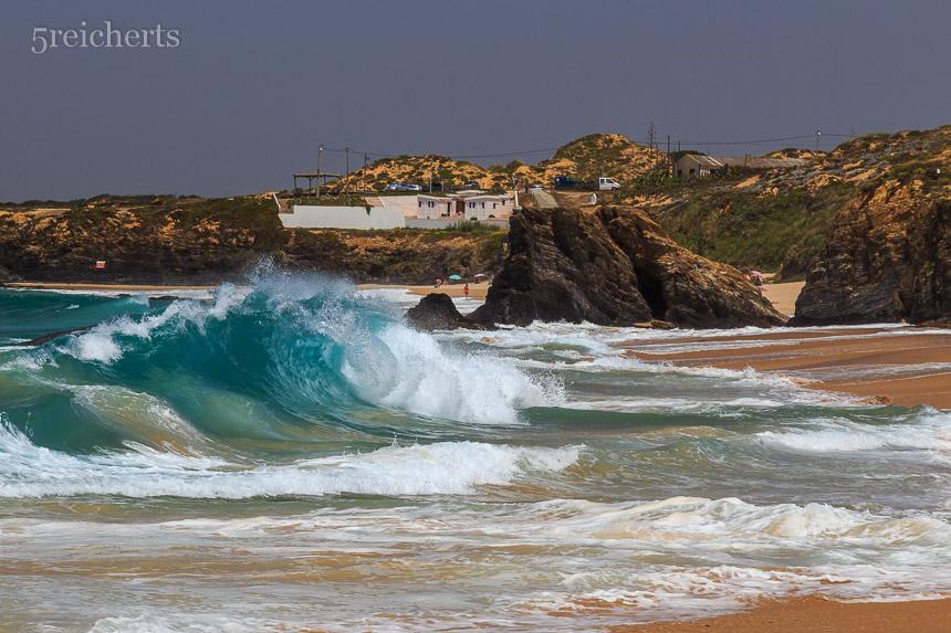 So sieht das Mittags am Strand aus. Baden ist nicht ungefährlich, weil die großen Wellen mit Wucht auf den Strand knallen