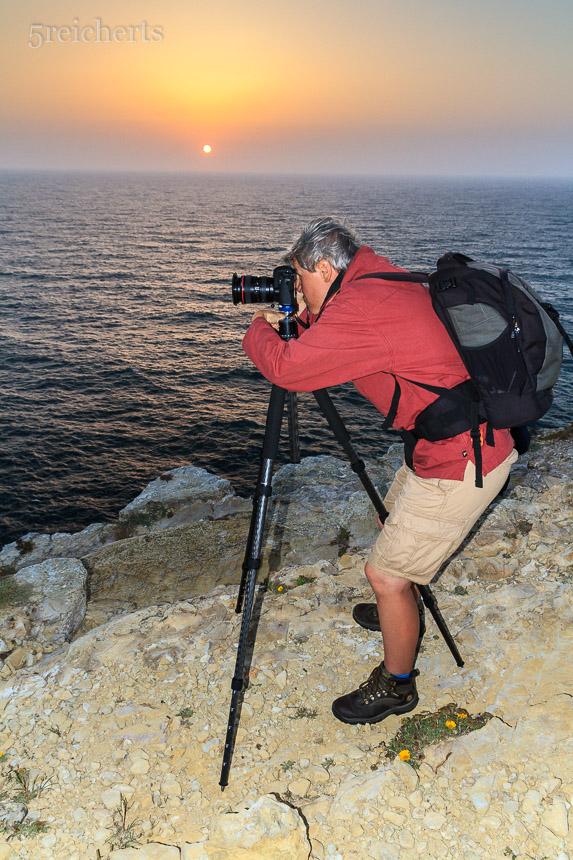 Die Fotografin steht am Meere und sieht die Sonn nicht an
