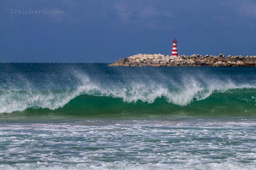 sonniges Wetter und kleine Wellen, Peniche, Portugal