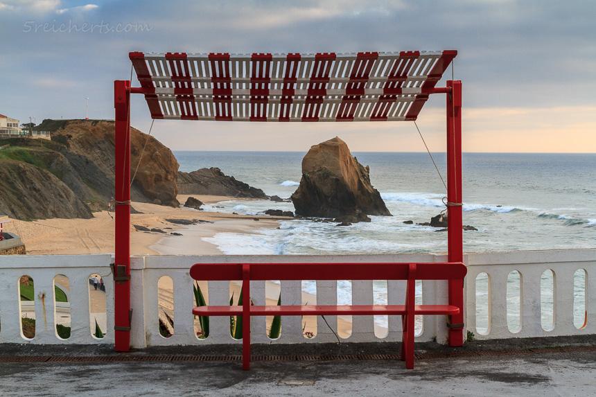 Sonnenschirme und Bänke in Santa Cruz, Portugal
