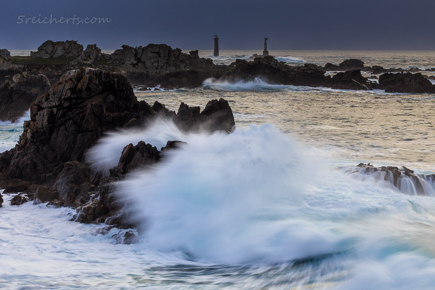 Wellen an der Felsenküste, in der Ferne Nividic