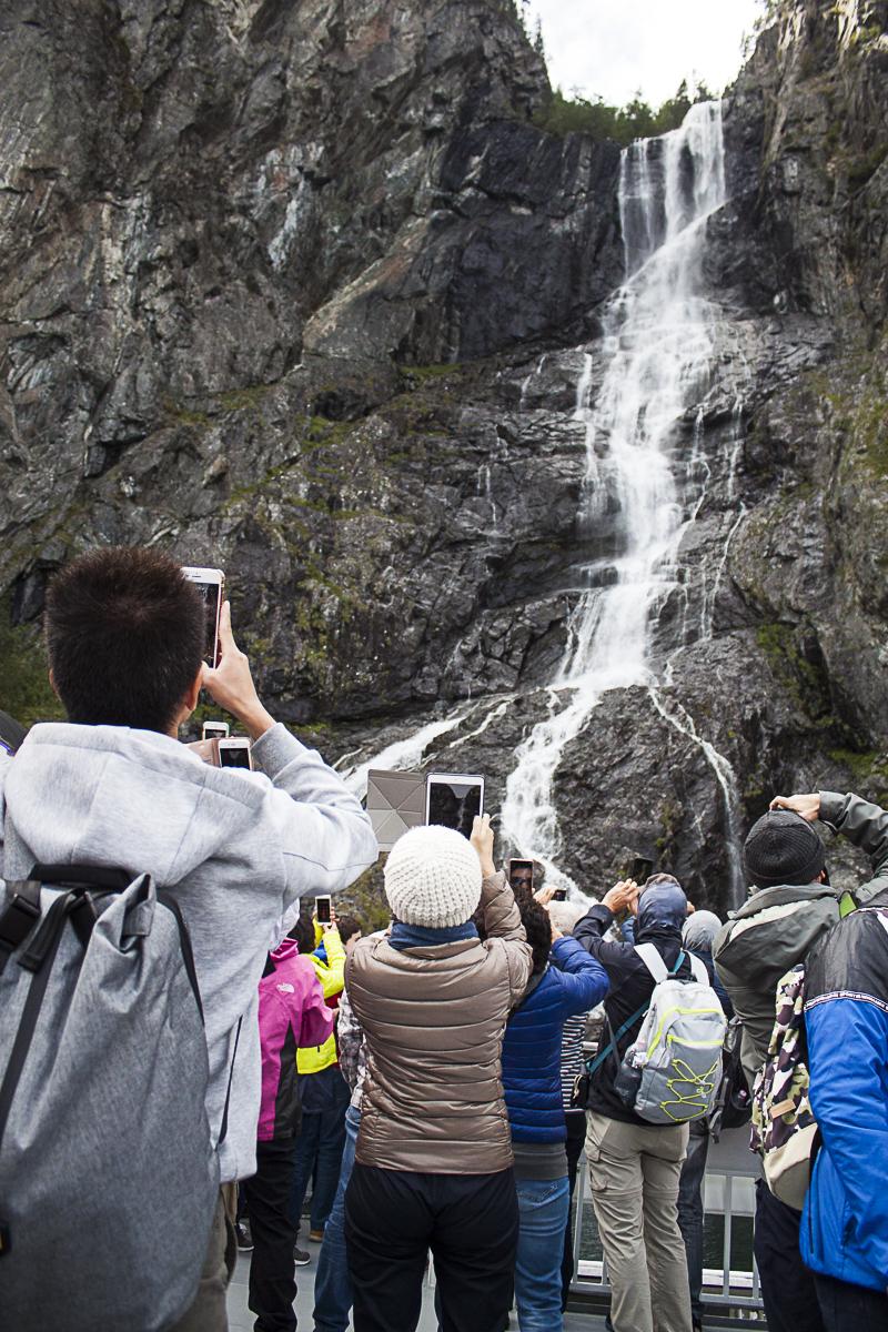 """Die """"Touristenfähre"""" macht extra langsam bei Wasserfällen und anderen Sehenswürdigkeiten."""