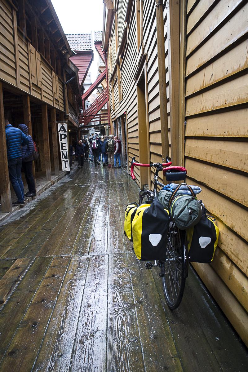 Nasse Holzplanken in Bergen.
