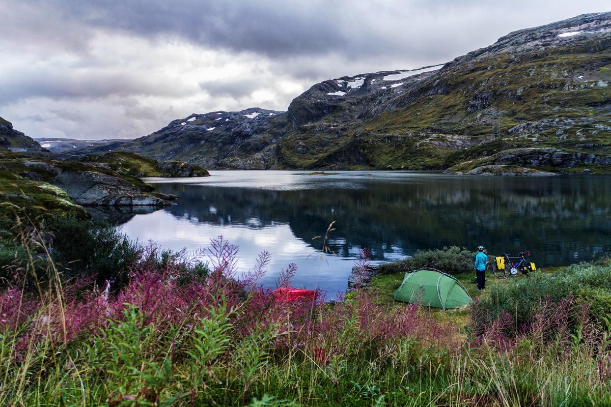 Nach einigem Suchen finden wir einen Zeltplatz direkt an einem See.