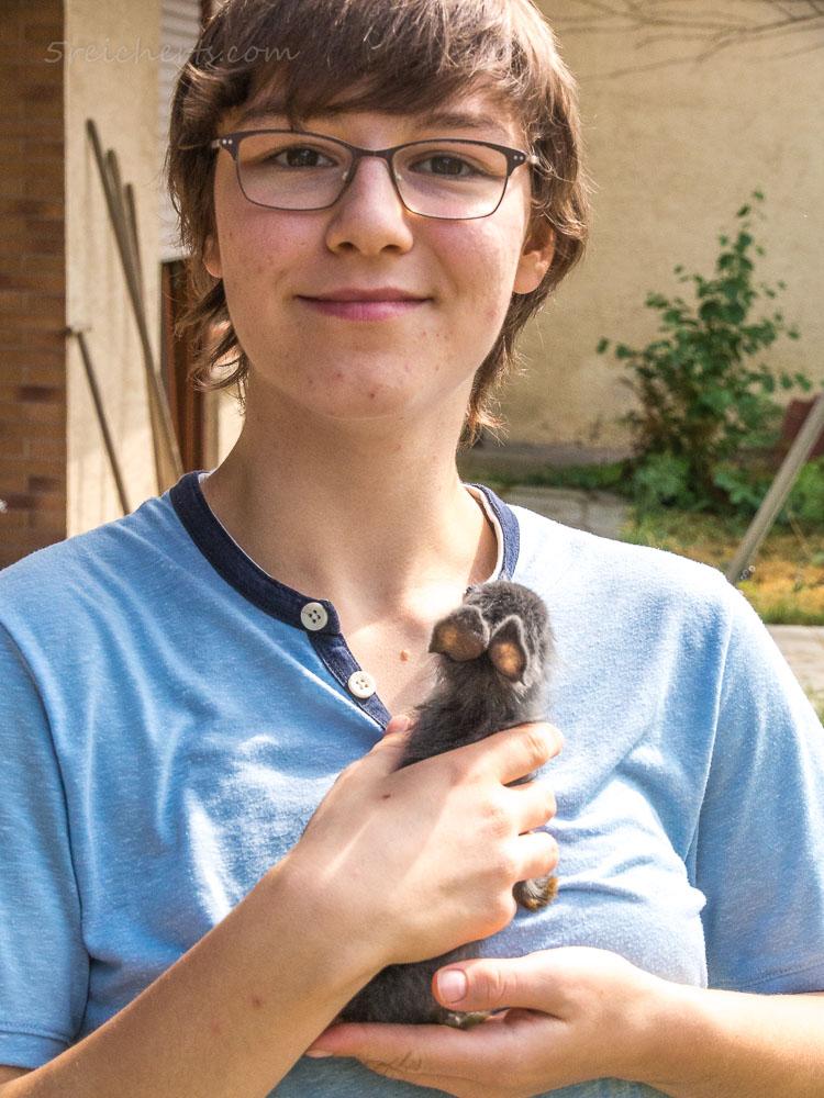 Amy und eins der kleinen Kanninchen