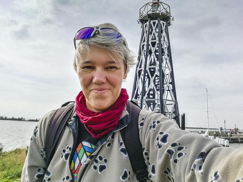 Selfie von Gabi mit Hafenleuchtturm