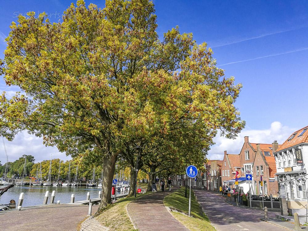 Fußgängerpfad durch die Stadt Enkhuizen, Niederlande