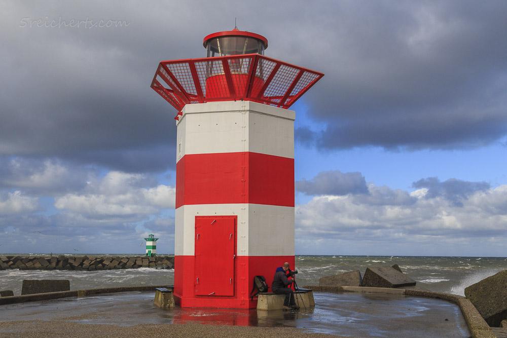 Der rote Hafenleuchtturm von Scheveningen