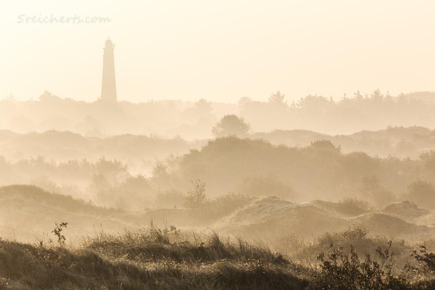 Der rote Leuchtturm im morgendlichen Gegenlicht, Schiermonnikoog