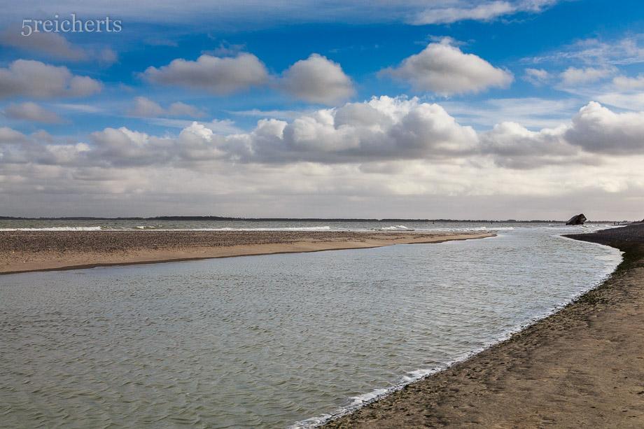 """Solche """"Flüsse"""" laufen weit hin am Strand bei Flut zu"""