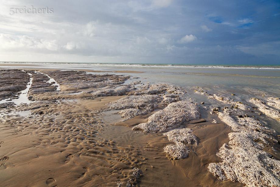 Am westliche Ende der Stadt gibt es unterhalb der Steilküste einen fotogenen Strand, zumindest bei Ebbe