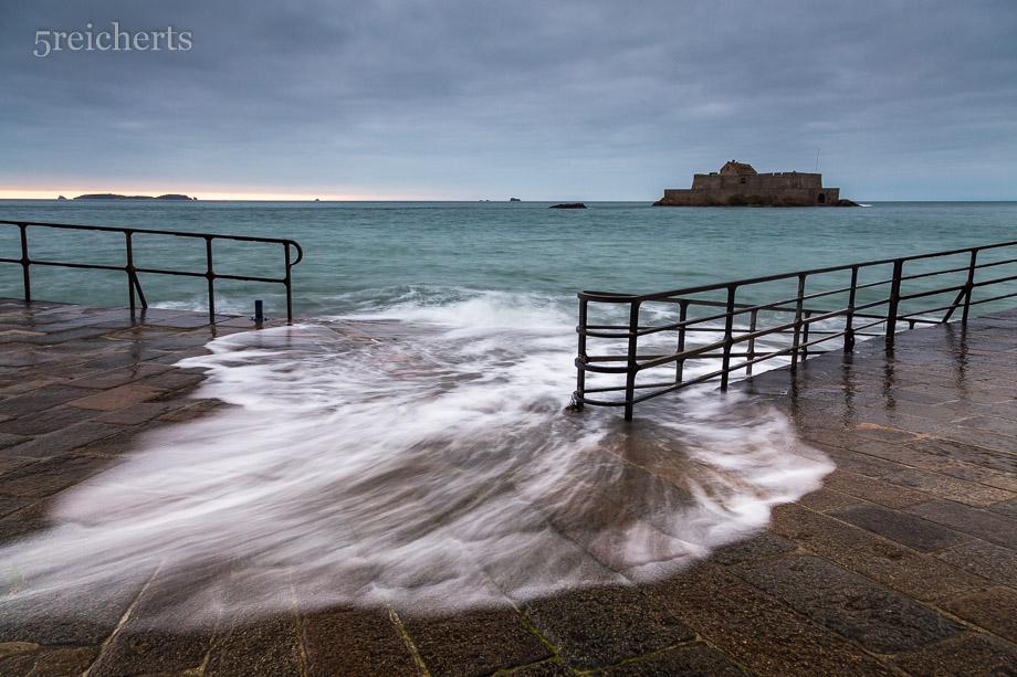 Höchstsstand der Flut vor der Mauer von Saint Malo