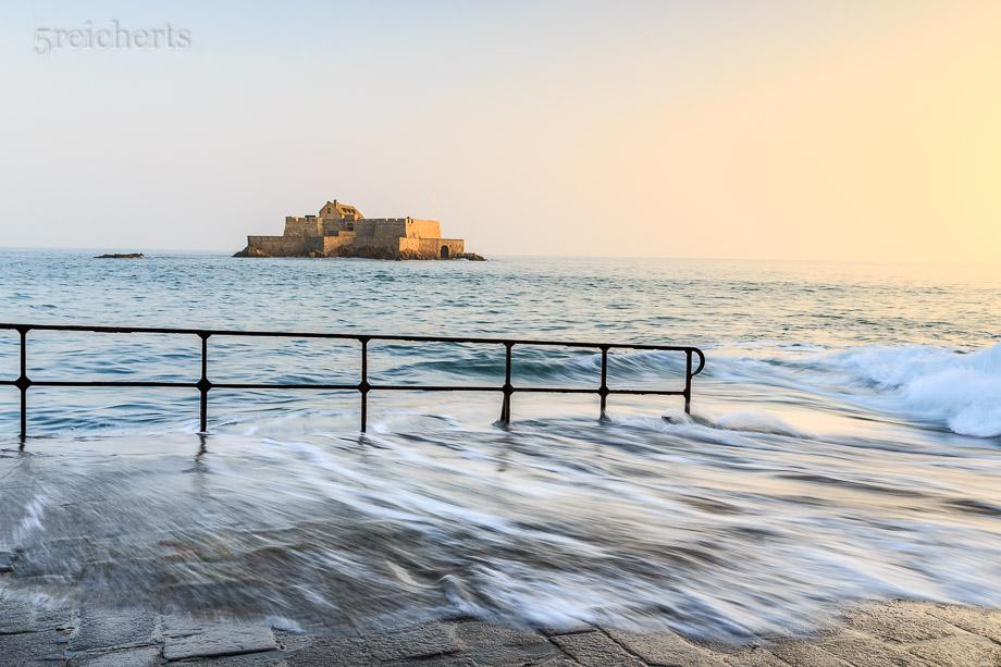 Wellen und Geländer mit Blick zum Fort National, Saint Malo