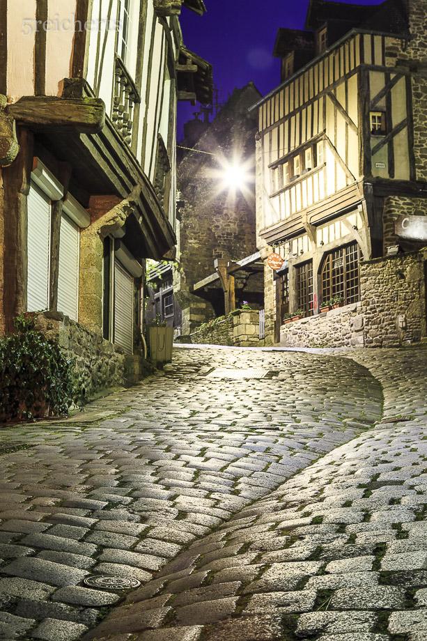 In der Nacht unterwegs in der Rue de Peiti Ford, Dinan