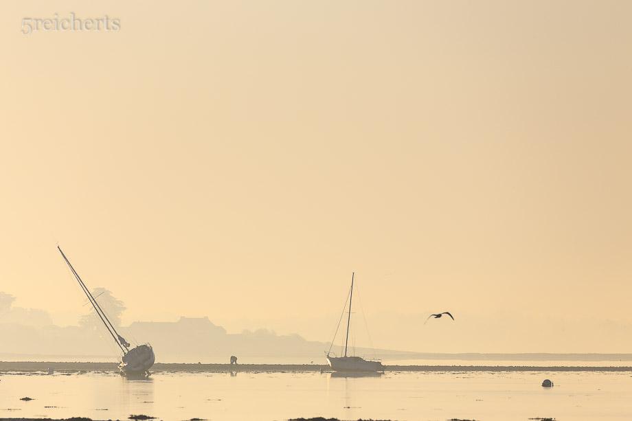 Die Segelboote legen sich bei Ebbe zum Schlafen auf die Seite, Port Louis