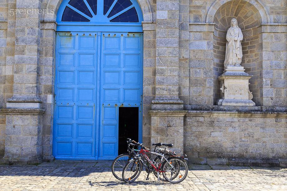 Unsere Räder vor der Kirche von Port Louis