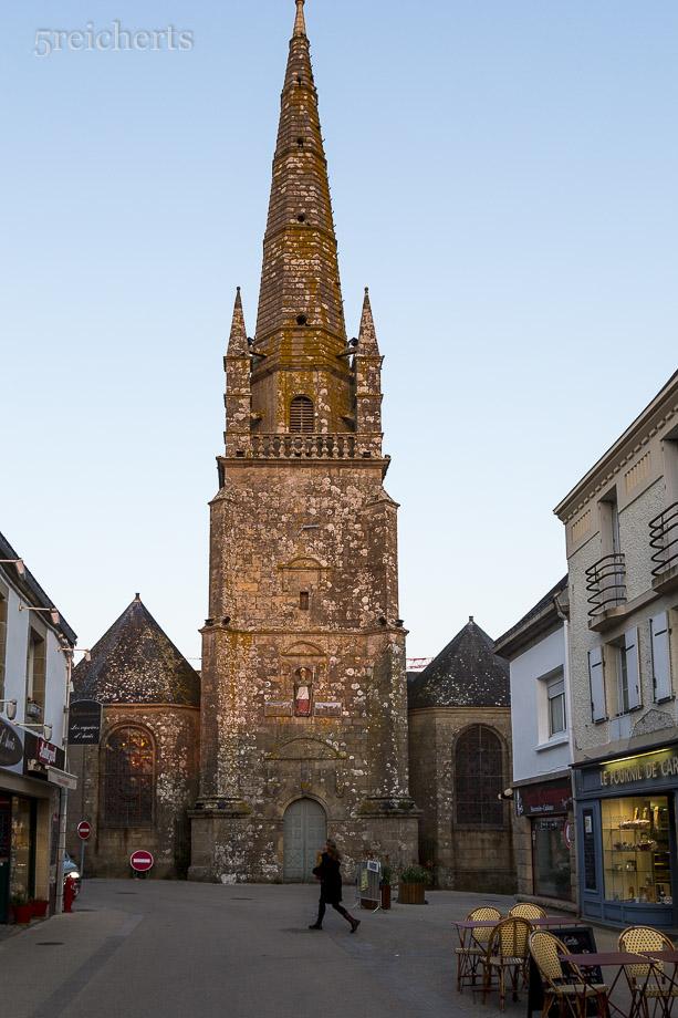 Die Kirche von Carnac im Abendlicht