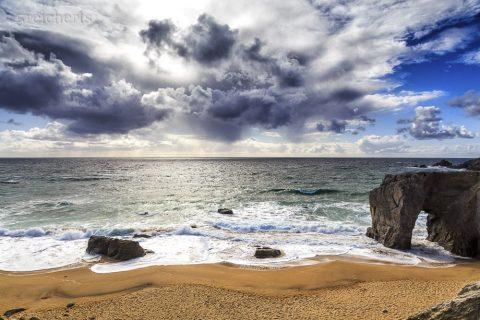 Der Felsbogen unter den Wolken
