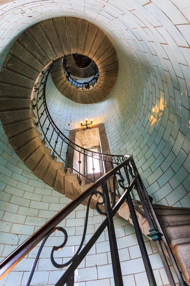 Weitwinkelaufnahme der Treppe des Phare d'Eckmühls