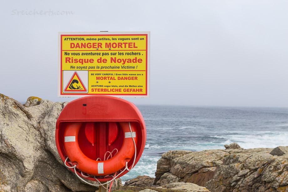 Typisches Warnschild in Saint-Guénolé