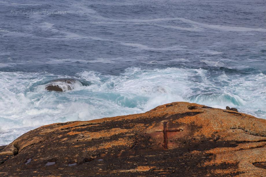 Kreuz im Fels - hier ist es lebensgefährlich, weil die Wellen so hoch angerauscht kommen