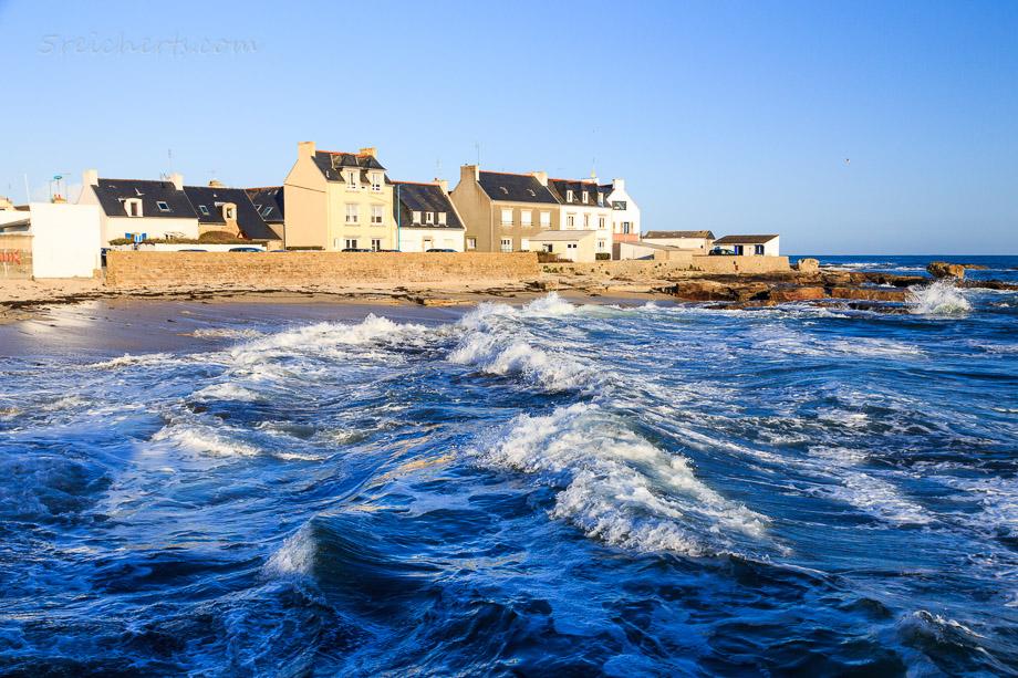 Wellen und Häuser in Guilvinec