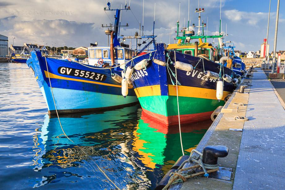 Fischerboote im Hafen von Guivinec, Penmarch, Bretagne