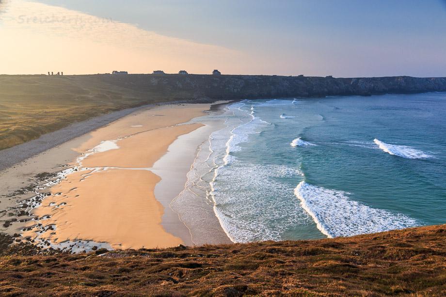 Blick über den Strand am Pointe de Toulinguet, Crozon, Bretagne